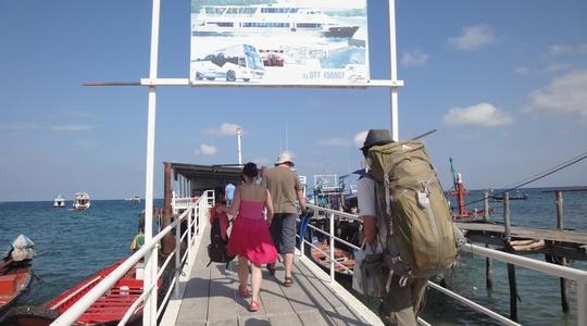 タオ島からチュンポン行きの船に乗り込む