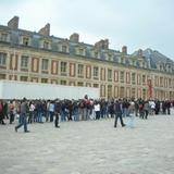 ベルサイユ宮殿の入場チケット購入の長い列。パリミュージアムパスはこれをスキップできる