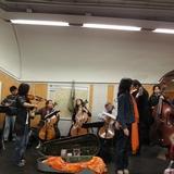 パリ市内 地下鉄の構内でオーケストラ。日本には無い光景