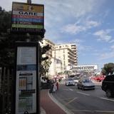 パブリックバスでニースからモナコへ移動。テレビのF1中継で見たことある景色で下車