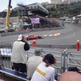 ものすごい爆音でモナコのプールサイドシケインを通過する木曜日のアロンソ