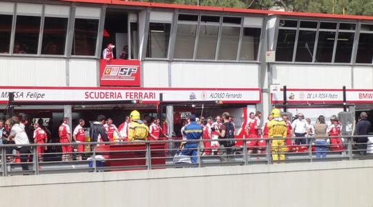 まさかのクラッシュで騒然となるアロンソのピット 2010 F1 モナコGP予選前