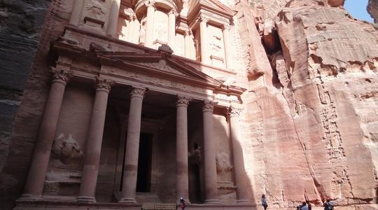 ペトラ遺跡の顔の巨大なエル・ハズネ