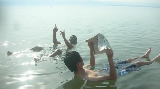 死海に浮かぶペトラから一緒だった旅人と現地の人