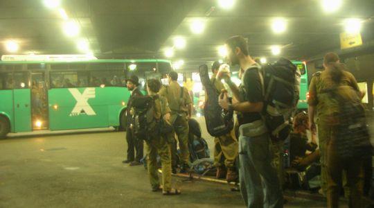 多くの軍人さんと乗り込むティベリア行きのバス