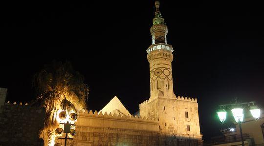 ライトアップされた美しいウマイヤドモスク