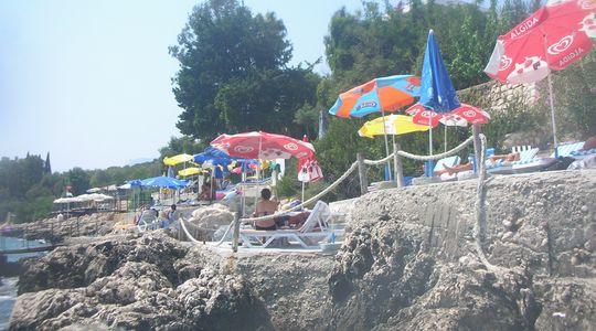 カシュのビーチは岩場からエントリー