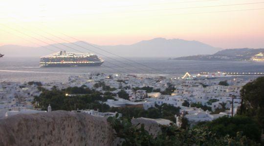白い街並みとエーゲ海が美しいミコノス島