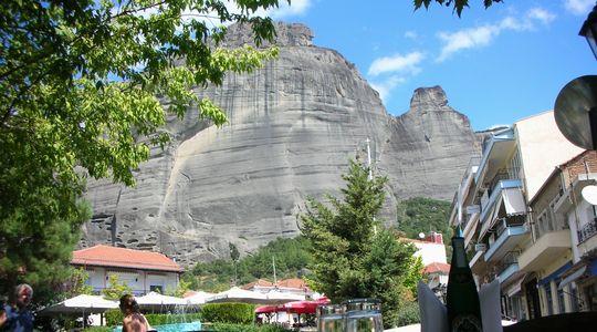 カランバカのレストランから見るメテオラの奇岩
