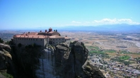 大きな岩の上に建つメテオラの修道院