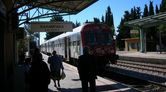 ラリッサへ向かう電車@カランバカのホームにて