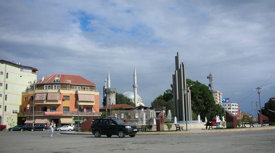アルバニア国境の町シュコダル ここでバスを乗り換え