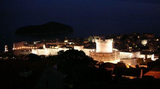 ドブロブニクの高台から眺める旧市街と城壁
