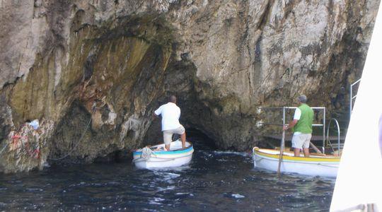イタリア青の洞窟の入り口はホントに狭い
