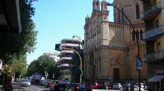 今日泊まるフィレンツェの宿の隣の素敵な教会