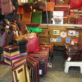 良質な革製品が並ぶ中央市場 イタリアンレザーのiPadケースもある