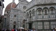 洗礼堂、ジョットの鐘楼、ドゥオーモが並ぶフィレンツェのドゥオーモ広場