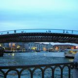 ヴェネツィアの運河にかかる橋。薄くて美しいアーチをしている