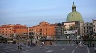 いきなり目の前に運河が広がるヴェネツィア