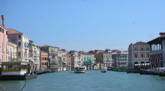水上バスから見るヴェネツィアの美しい街並み。昼間見るとやっぱりきれい