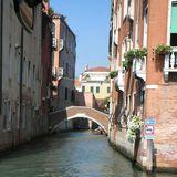 ヴェネツィアは路地ももちろん水路。一方通行とモーターボート進入禁止の標識がなんかおもしろい