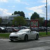 颯爽と走るイタリアーノのフェラーリ@フェラーリ博物館前