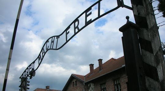 「ARBEIT MACHT FREI(働けば自由になる)」の文字を掲げたアウシュビッツの正門