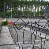 死の鉄道終点。記念碑と平和のモニュメント、そして手向けられたお花