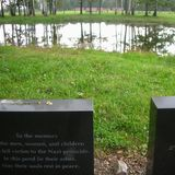 ビルケナウの遺灰を捨てていた池と慰霊碑