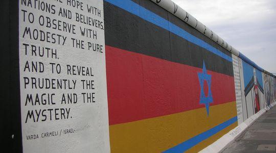 ベルリンの壁に描かれたユダヤの星とドイツ国旗@イーストサイドギャラリー