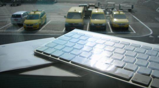 フライトがキャンセルのため購入したiPadで使うApple純正bluetoothキーボード