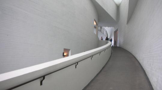ヘルシンキの現代美術を凝縮した現代美術館キアズマのスロープ