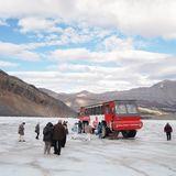 特別な雪上車で行くコロンビア大氷原の雪上車ツアー