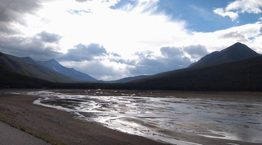 冬には姿を消してしまう謎のメディスン湖。既に水位が下がってきていた