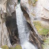 深い浸食とエメラルドグリーンの水が圧巻のアサバスカ滝