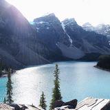 湖の上から見るモレイン湖は美しい