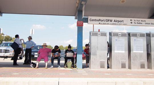 ダラスFort Worth空港最寄の駅。何もないうえ、電車2時間待ち