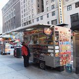 NYの街の至る所でホットドックなど屋台が出ている