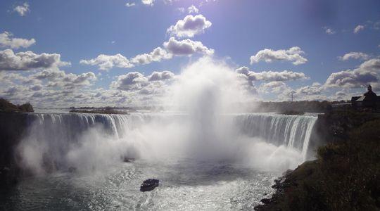 ナイアガラの滝はやっぱりすごい。滝にのまれそうな船が霧の乙女号
