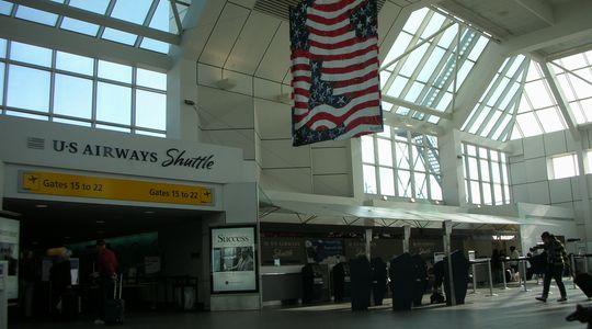 朝を迎えたダラスフォートワース空港