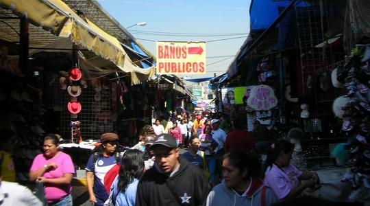 人と店で賑わうメキシコシティのティピート