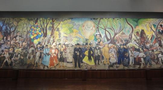 巨大な壁に描かれたディエゴ・リベラの傑作