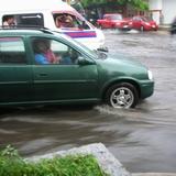 突然のスコールでバスターミナル前は水浸し