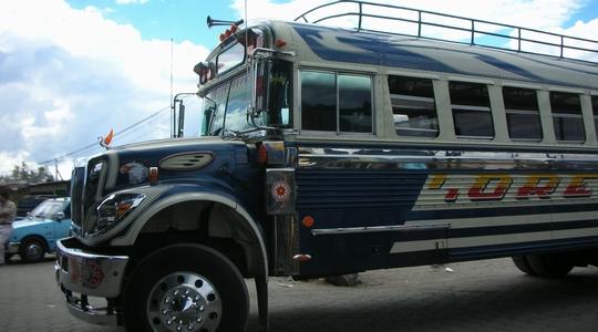 グアテマラのチキンバス。グアテマラシティからアンティグアへ