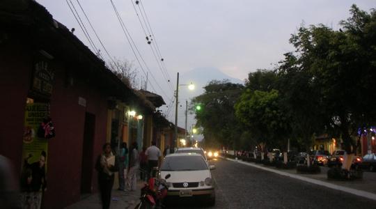 授業が終わると外はもう夕暮れ。遠くにアグア火山がぼんやり見える