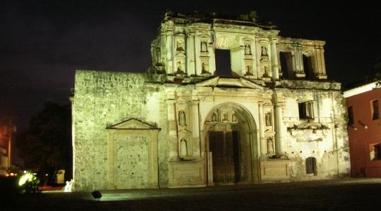 アンティグアの街の至る所にある廃墟の教会。アンティグア滞在1週間延長