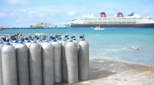 コスメルの港とダイビングのタンク