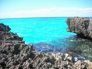 貸切のカリブ海だけど、岩場がギザギザ