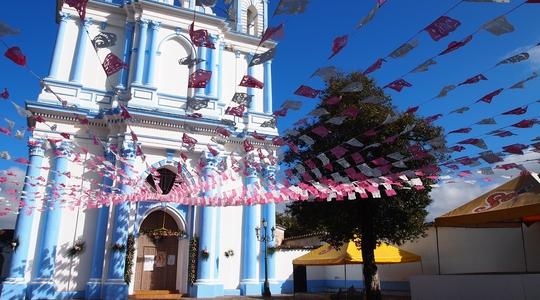 サンクリストバルにあるポップな色の教会