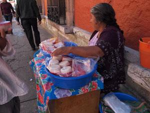 オアハカの道端でおばあちゃんが売ってたトラディショナルなお菓子